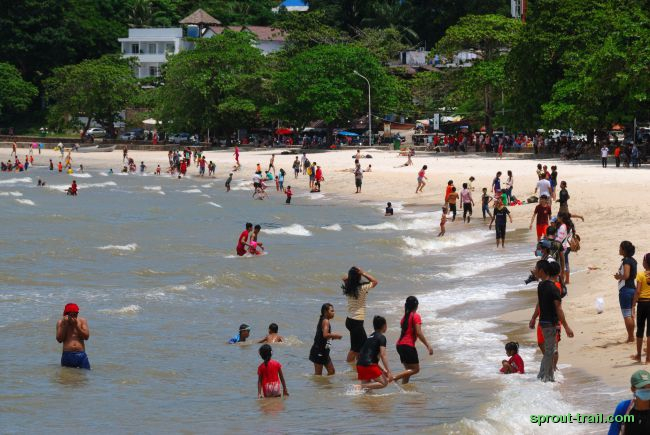 Busy weekend at Kep beach
